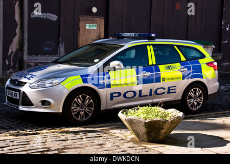 """'Police Scotland' """"Police Car parked along an old narrow cobbled side street at the back of 'Forum' shopping Mall - Stock Photo"""