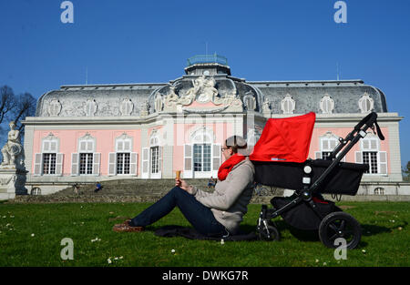 Bei blauem Himmel und frühlingshaften Temperaturen sitzt eine Frau am 06.03.2014 in Düsseldorf-Benrath (Nordrhein - Stock Photo
