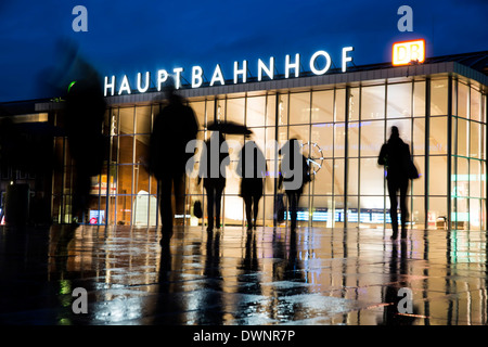 Silhouettes of people at dusk in front of the Cologne Central Station or Hauptbahnhof, Cologne, North Rhine-Westphalia, - Stock Photo