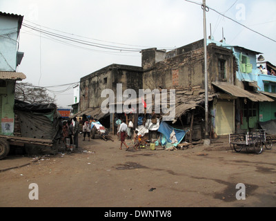 Streets of Kolkata. Poor Indian family living in a makeshift shack by the side of the road - Stock Photo