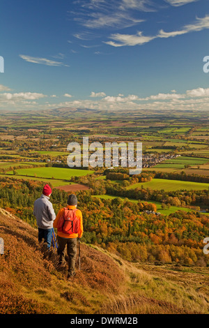 Walkers in the Eildon Hills near Melrose, overlooking Newtown St Boswells. The Cheviot Hills are in the background. - Stock Photo