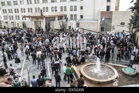 Ramallah, Palestinian Territories. 17th Mar, 2014. Section of the large crowd assembles before being let inside - Stock Photo
