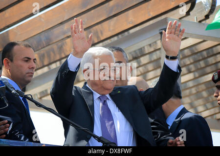 Ramallah, West Bank, Palestinian Territory. 20th Mar, 2014. Palestinian President Mahmoud Abbas (Front) waves to - Stock Photo