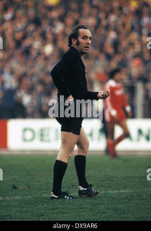 football, Bundesliga, 1979/1980, Wedau Stadium, MSV Duisburg versus 1. FC Cologne 0:2, scene of the match, referee - Stock Photo