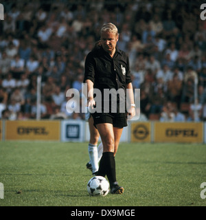 football, Bundesliga, 1980/1981, Ruhr Stadium, VfL Bochum versus Eintracht Frankfurt 2:0, scene of the match, referee - Stock Photo