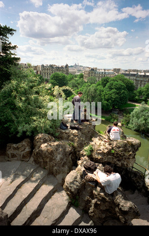 AJAXNETPHOTO. PARIS, FRANCE. VIEW FROM TEMPLE IN PARC DES BUTTES CHAUMONT TOWARD MONTMARTRE. SACRE COEUR IS ON DISTANT - Stock Photo