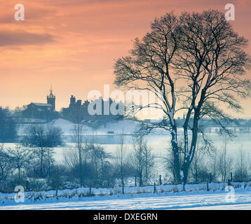 Winter view of Linlithgow Palace and Lake, west Lothian - Stock Photo