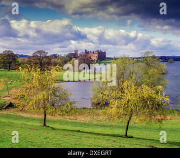 Summer view of Linlithgow Palace and Linlithgow Lake, West Lothian - Stock Photo