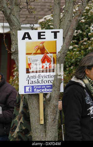 Naas, Ireland. 25th March 2014. An Anti-Eviction Taskforce poster has been put up in a tree. Activists from the - Stock Photo