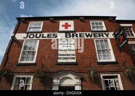 The Red Lion in Market Drayton owned by Joules Brewery, the new brewery being situated above the aquafer behind - Stock Photo