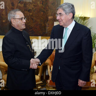 New Delhi. 26th Mar, 2014. Nobel Laureate and former President of Costa Rica Oscar Arias Sanchez (R) meets with - Stock Photo