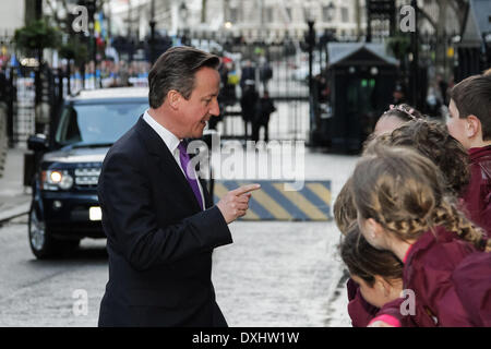 London, UK. 26th March 2014. British Prime Minister David Cameron outside Downing Street meeting with local visiting - Stock Photo