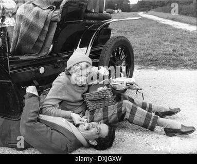 GENEVIEVE (BR1953) JOHN GREGSON, DINAH SHERIDAN PICNIC - Stock Photo