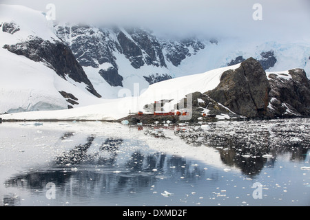 The Argentine antarctic research station Almirante Brown in stunning coastal scenery beneath Mount Walker in Paradise - Stock Photo