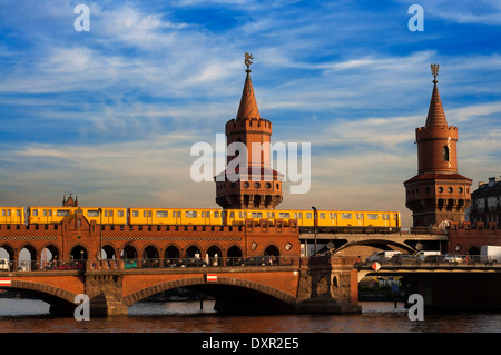 Germany, Berlin, the Oberbaumbrücke bridge that links Kreuzberg and Friedrichshain districts over the Spree river. - Stock Photo