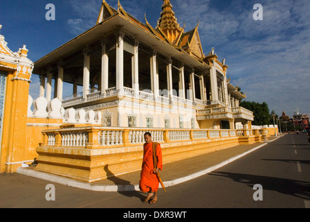 Monk walk outside the Royal Palace. Phnom Penh. The Royal Palace of Cambodia is a complex of buildings, even though - Stock Photo