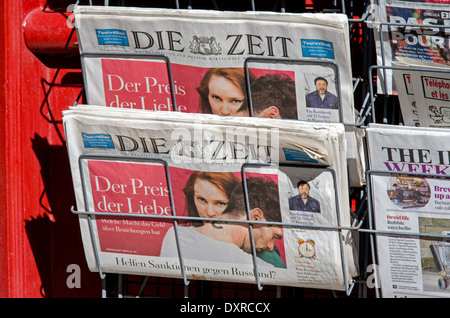 Die Zeit, the german newpaper, for sale on a newspaper stand on the Royal Mile in Edinburgh. - Stock Photo