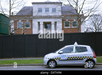 Empty mansion in The Bishops Avenue, North London ('Millionaires Row') guarded by private security - Stock Photo