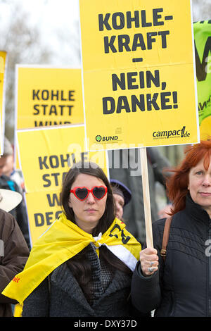 Activists of Campact and BUNDprotest with signs reading 'Coal Power - No, Thanks!' and 'Cap coal instead of wind' - Stock Photo