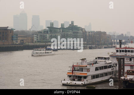London, UK. 2nd April 2014. Canary Wharf fades under a blanket of atmospheric haze, as the Met Office forecasts - Stock Photo