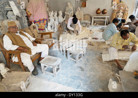 Jaipur, Rajasthan, India. Marble sculptors at a workshop in the bazaar - Stock Photo