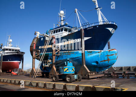 Fraserburgh, Scotland, UK 8th April, 2014. UK Weather. Blistering sun and clear air facilitate the ship painters - Stock Photo