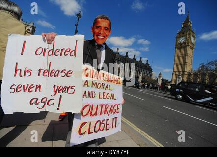 London, UK, UK. 9th Apr, 2014. A protester wears an Obama face mask and holds a placard during a protest for the - Stock Photo