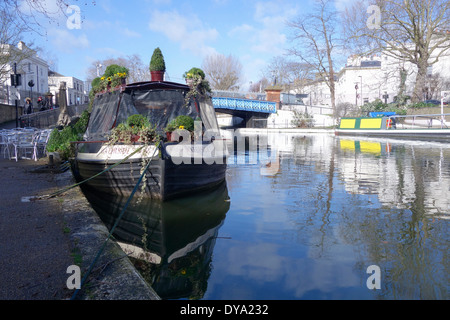 England, London, Little Venice. The Waterside cafe canal boat on the Paddington arm of the Grand Union canal. - Stock Photo