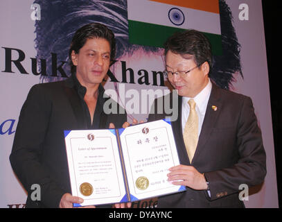 Diphu, India. 11th Apr, 2014. Indian Bollywood actor Shah Rukh Khan (L), who is appointed as the Goodwill Ambassador - Stock Photo