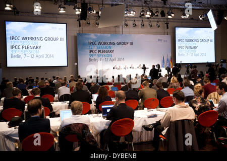 Berlin, Germany. 13th Apr, 2014. Members of the Working Group 3 of the Intergovernmental Panel on Climate Change - Stock Photo