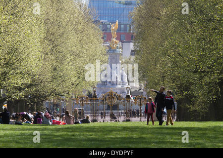 London UK. 15th April 2014. Londoners including families with children and office workers enjoy the sunshine in - Stock Photo