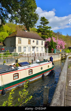 Barge entering Marsh Lock on the River Thames, Henley-on-Thames, Oxfordshire, England showing the lock keepers house - Stock Photo