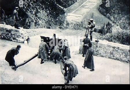 First World War, Italian gun about to fire on Austrian position across an Alpine valley. - Stock Photo
