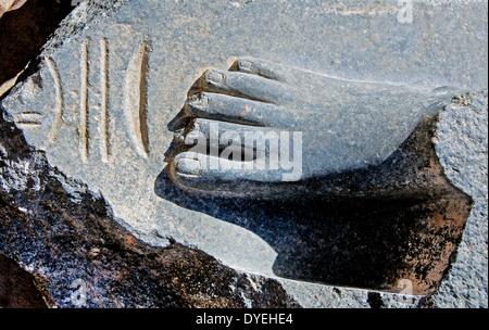 Temple of Ramses III (1198-1167 b.C. – XX° Dyn.) at Medinet Habu: rest of the statue. - Stock Photo