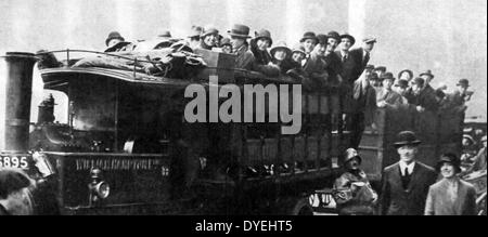 Workers walk or are transported to work during The UK General Strike - Stock Photo