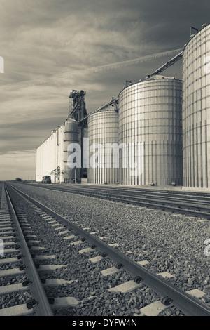 USA, Nebraska, Gothenburg, grain elevator - Stock Photo