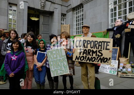 London, UK. 17th April 2014. The Landworkers' Alliance demonstrate against corporate farming outside DEFRA London. - Stock Photo