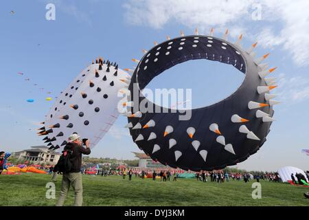 Weifang, China's Shandong Province. 19th Apr, 2014. Participants try to fly a kite during the 31st Weifang International - Stock Photo
