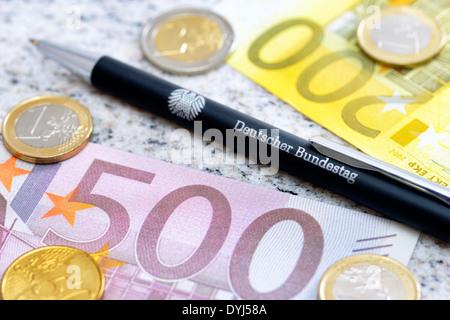 Kugelschreiber vom Deutschen Bundestag und Geld, Diätenerhöhung - Stock Photo