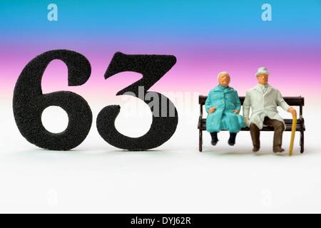 Seniorenpaar und die Zahl 63, Symbolfoto Rente mit 63 Jahren - Stock Photo