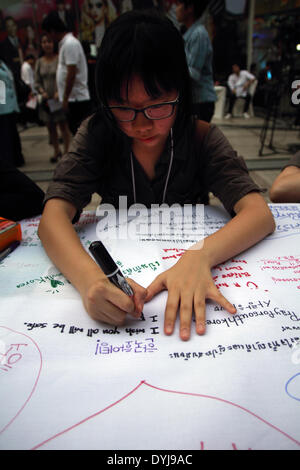 Bangkok, Thailand. 18th April 2014. People write encouragement messages for South Korea at a shopping center. Thai - Stock Photo