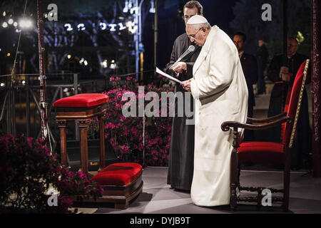 "April 18, 2014 - Rome, Italy ''"" April 18, 2014: Pope Francis leads the Via Crucis (Way of the Cross) torchlight - Stock Photo"
