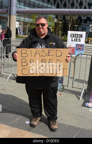 MANCHESTER, UK Saturday 19th. April 2014. Protester outside BBC studios at Salforf Quays with cardboard sign stating - Stock Photo