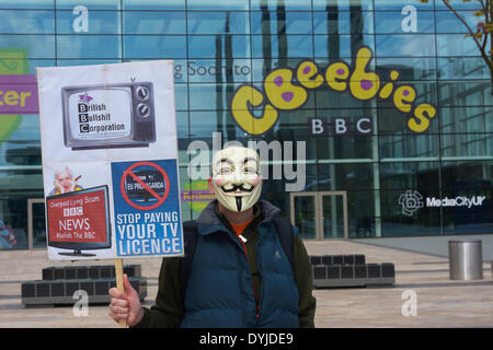 MANCHESTER, UK Saturday 19th. April 2014. Protester with anti-BBC placard in front of the BBC Studios at Media City - Stock Photo