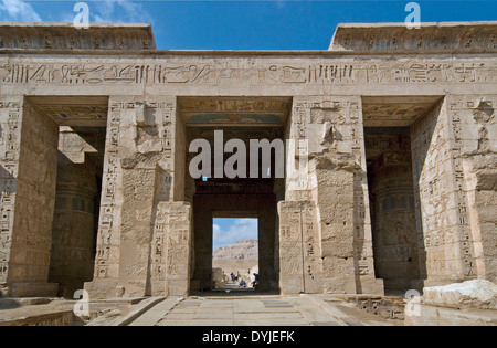 Temple of Ramses III (1198-1167 b.C. – XX° Dyn.) at Medinet Habu: reliefs on the wall in the second courtyard. - Stock Photo