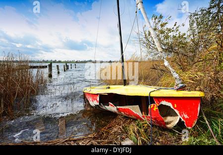 Von Orkantief Christian zerstörtes Segelboot in Pönitz am See, Schleswig-Holstein, Deutschland, Europa - Stock Photo