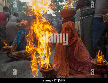 Calcutta, Indian state West Bengal. 19th Apr, 2014. Indian Hindu devotees perform rituals with fire pot on the road - Stock Photo