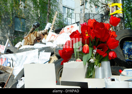 Sloviansk, Ukraine. 21st Apr, 2014. In photo: Tulipans and tipical Easter's cake near the barricades, feasting the - Stock Photo