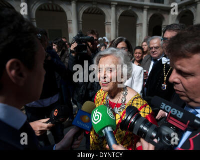 Madrid, Spain. 23rd Apr, 2014. Mexican journalist and author Elena Poniatowska (C) speaks to media during the awarding - Stock Photo