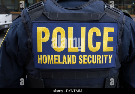 New York City police officer on Homeland Security duty - Stock Photo